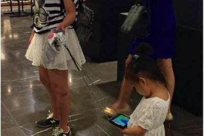 Детский поводок, который прикрепили к экрану смартфона.