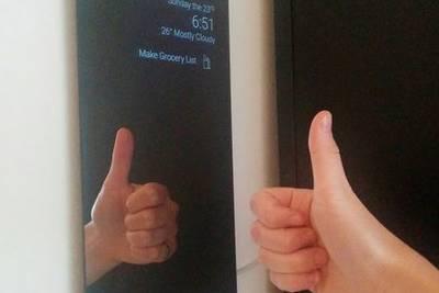 В Канаде женщина сделала из планшета необычное «умное» зеркало под названием HomeMirror