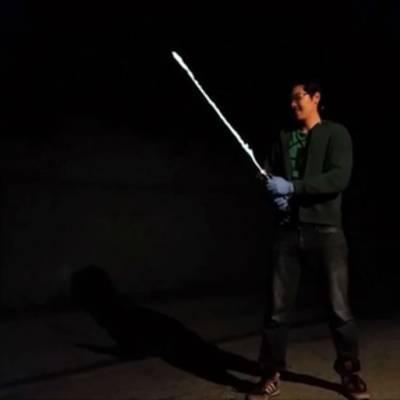 Фанат «Звездных войн» создал рабочий световой меч, который светится в темноте и обжигает
