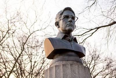 В Нью-Йорке появился несанкционированный памятник Сноудену