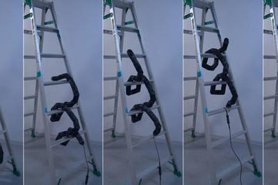Робот-змея научился взбираться по лестнице
