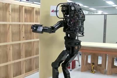 Видео: двуногий робот-строитель HRP-5P самостоятельно крепит доску на стену